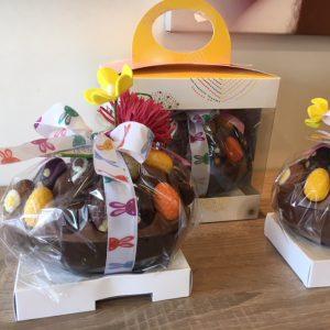 Chocolade ei gevuld met luxe bonbon eitjes